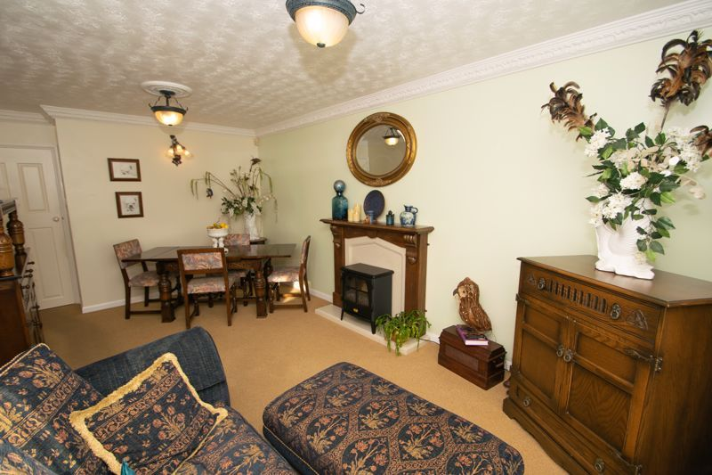 2 bed bungalow for sale in Hawes Lane 3