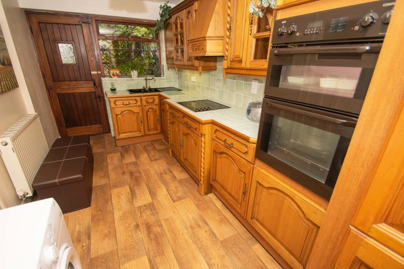 2 bed bungalow for sale in Hawes Lane 6