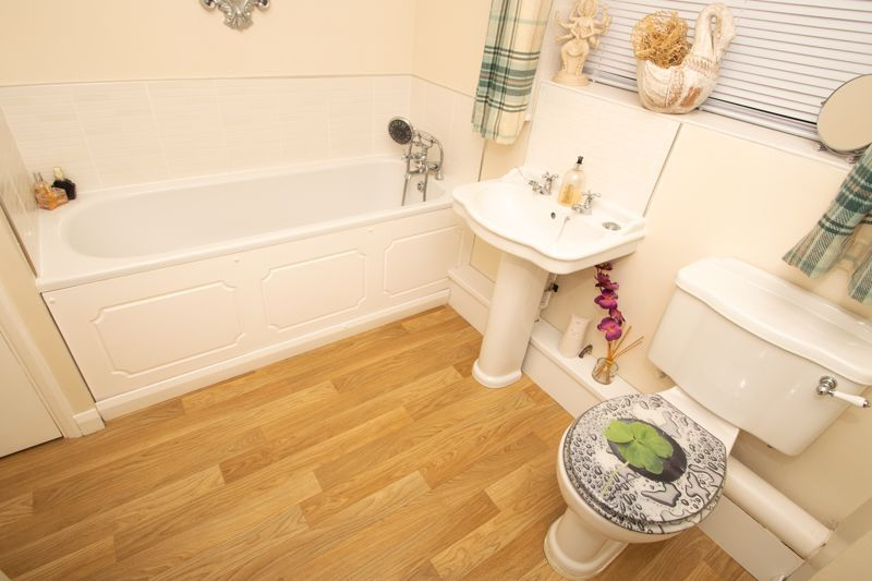 2 bed bungalow for sale in Hawes Lane  - Property Image 7