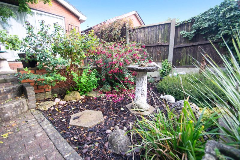 2 bed bungalow for sale in Hawes Lane 9