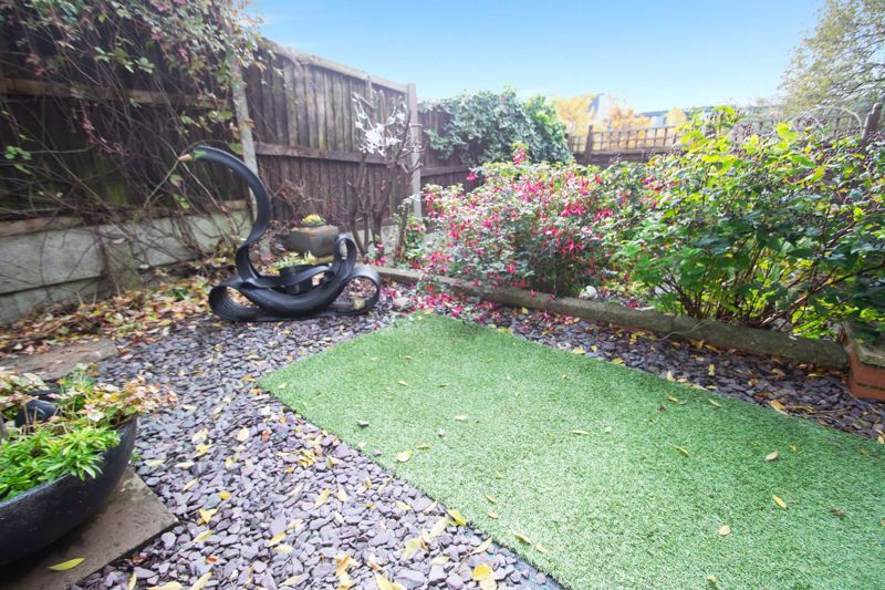 2 bed bungalow for sale in Hawes Lane 10