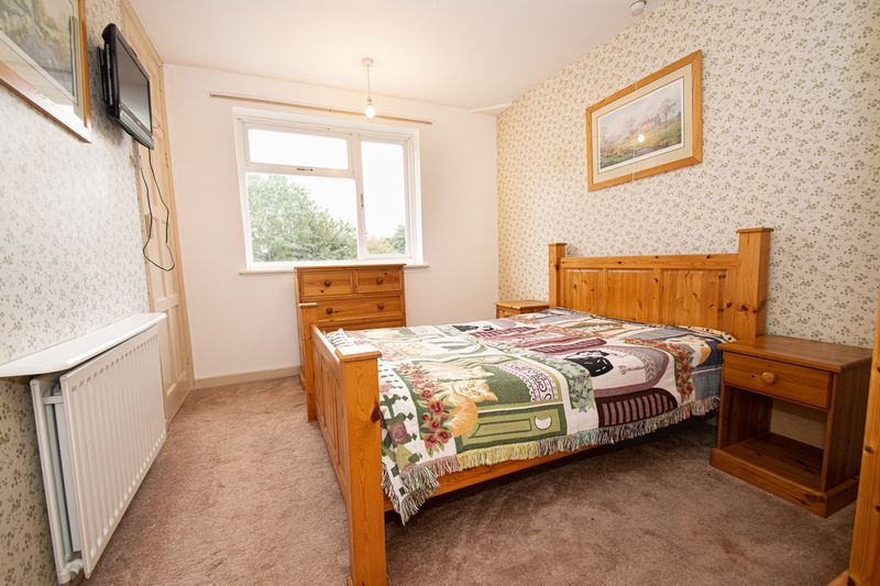 3 bed house for sale in Compton Grove 8