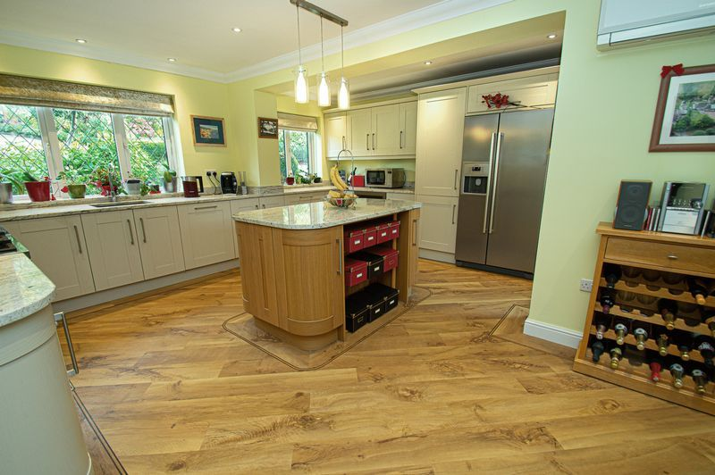 4 bed house for sale in Chesterton Close  - Property Image 3