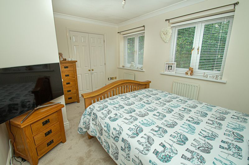 3 bed house for sale in Shakels Close 8