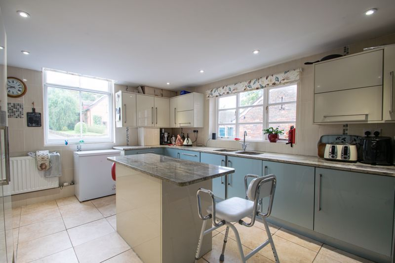 2 bed flat for sale in Bridgnorth Road  - Property Image 4