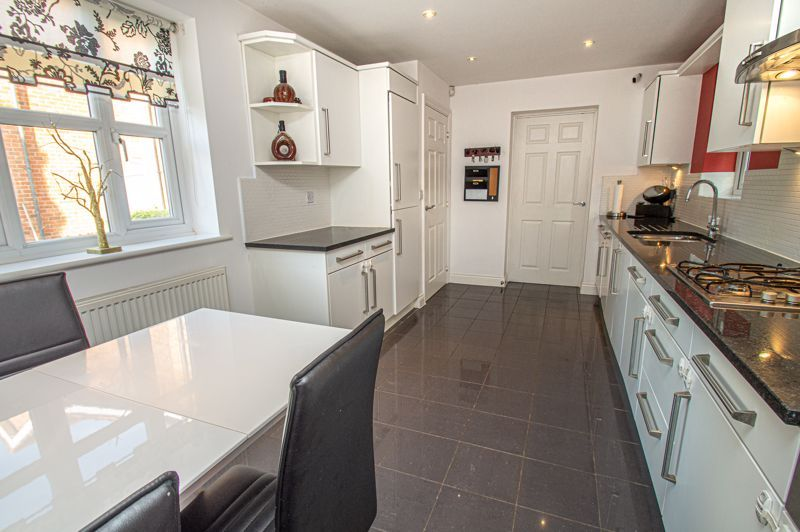 4 bed house for sale in Fleetwood Close 6