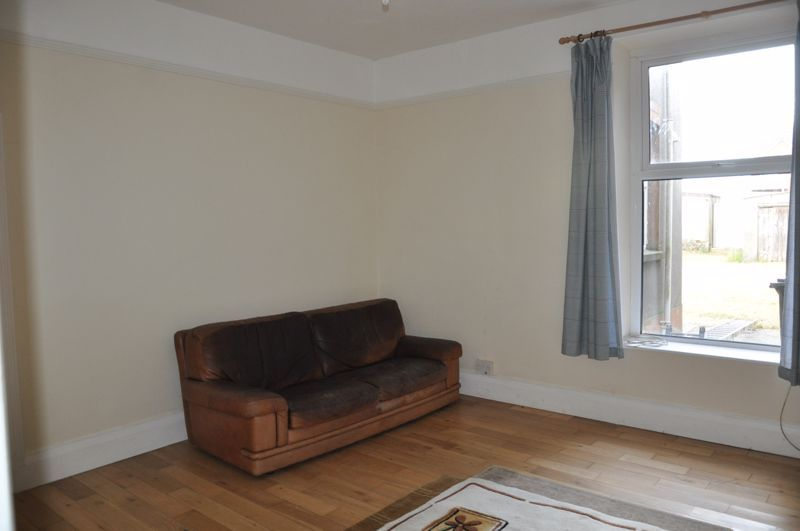 2 bed flat to rent in South Street 5
