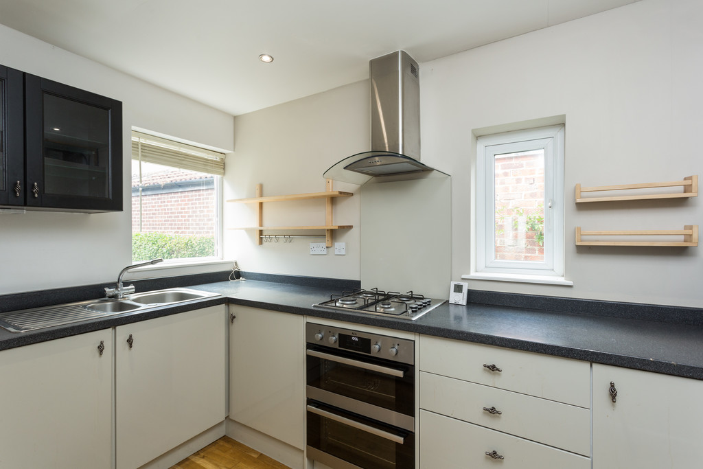 2 bed bungalow for sale in Middlethorpe Grove, York  - Property Image 4