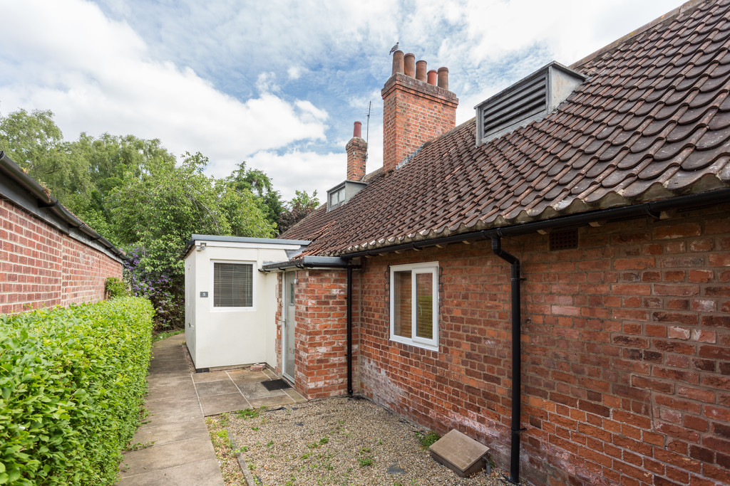 2 bed bungalow for sale in Middlethorpe Grove, York 9
