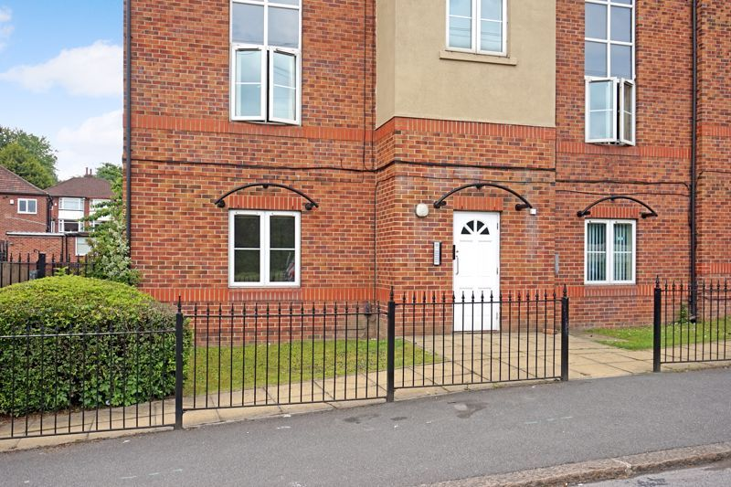2 bed flat to rent in Stanningley Road, LS12