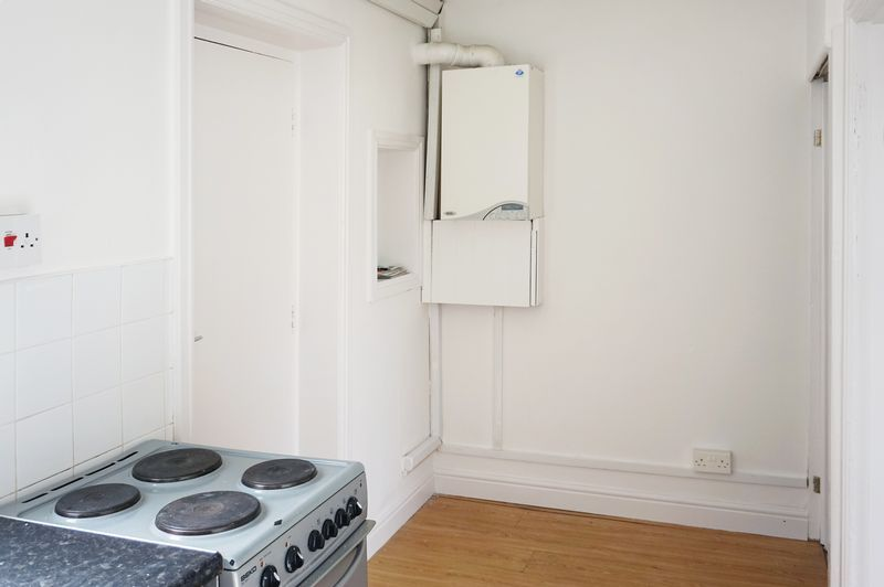 2 bed house to rent in Broadway 4