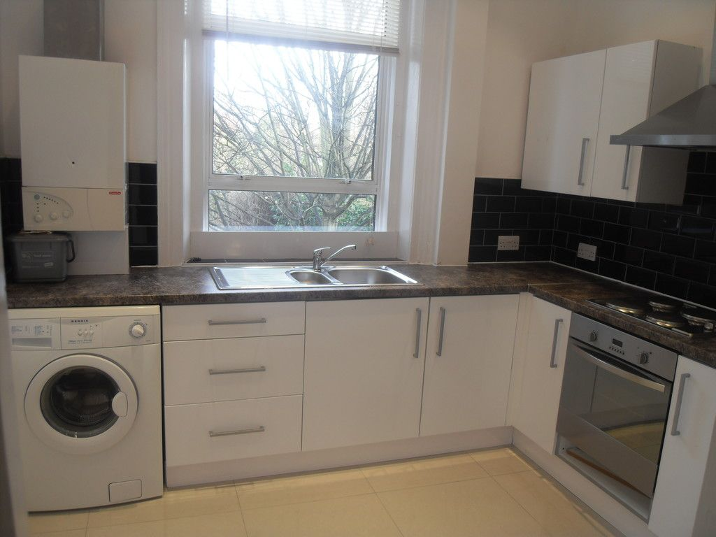 2 bed flat to rent in Widmore Road, Bromley 2