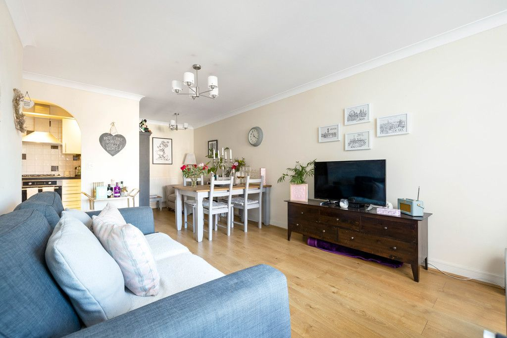 2 bed flat to rent in Hardwick House, Masons Hill 3