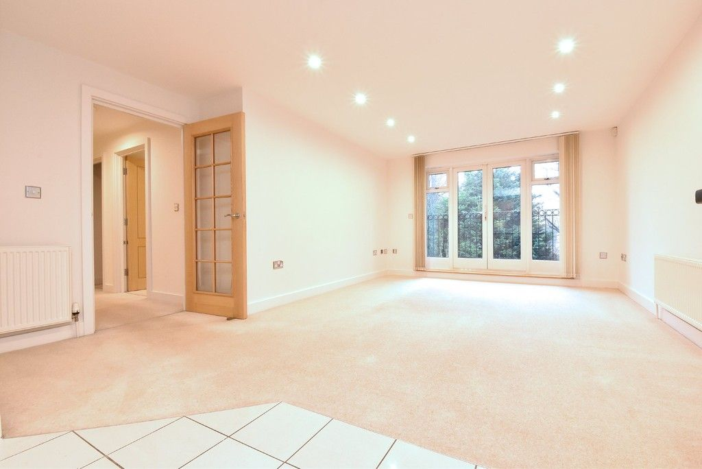 2 bed flat to rent in Lansdowne Road, Bromley 2