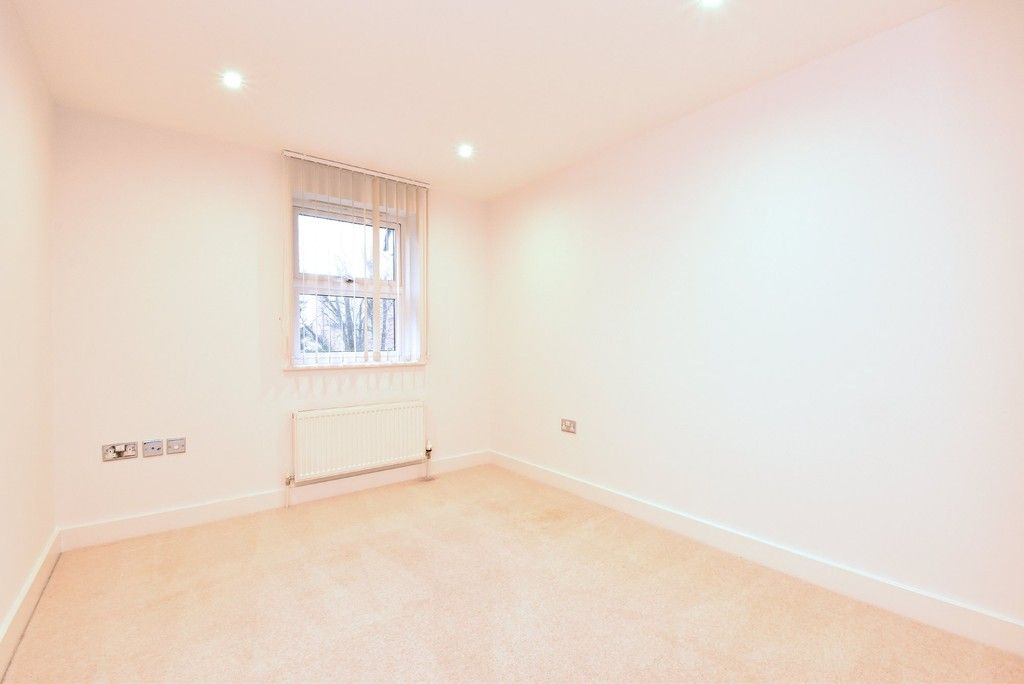 2 bed flat to rent in Lansdowne Road, Bromley 8