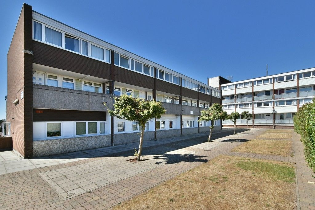 3 bed flat to rent in Cantley Gardens - Property Image 1