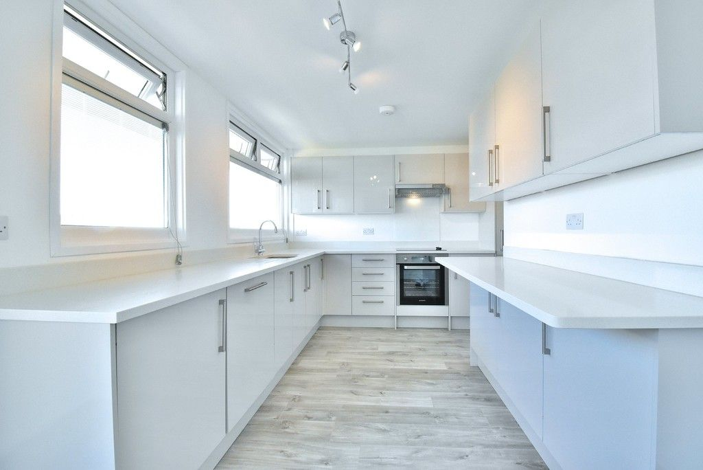 3 bed flat to rent in Cantley Gardens 3