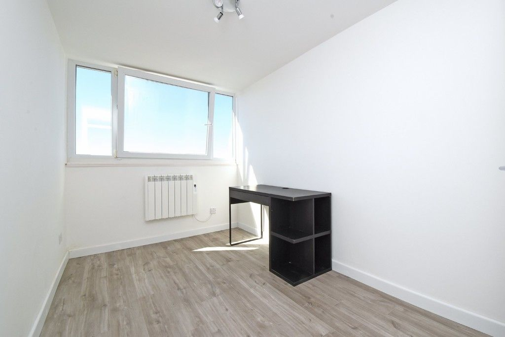 3 bed flat to rent in Cantley Gardens 6
