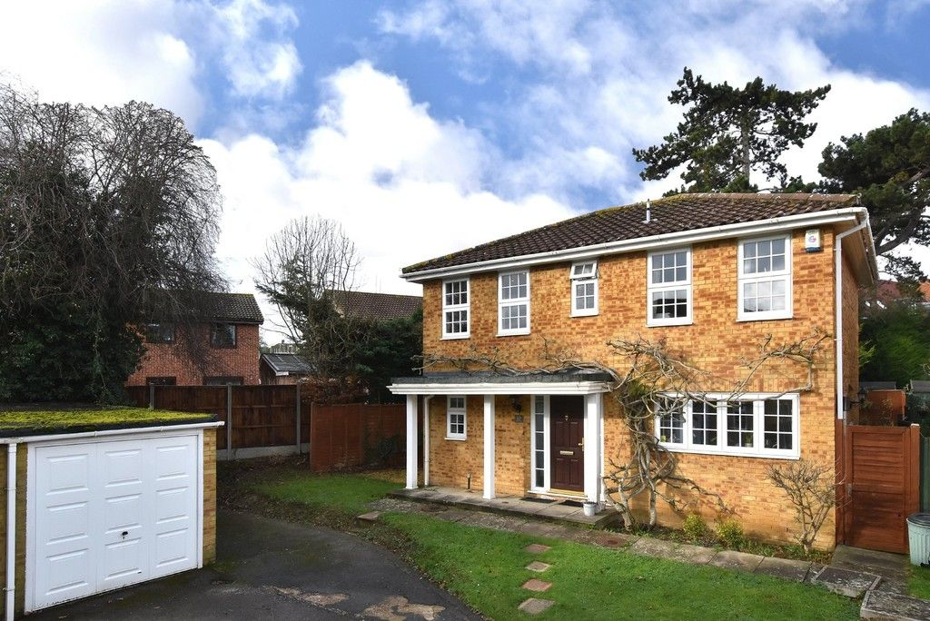 4 bed house for sale in Paddock Close, Farnborough - Property Image 1