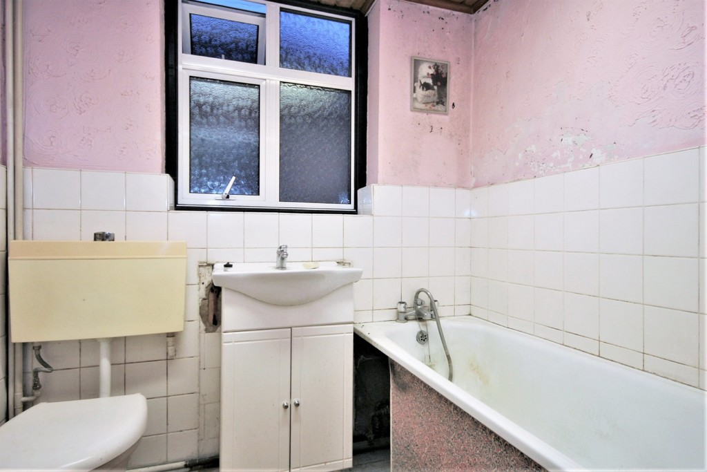 2 bed flat for sale in Mill Vale, Bromley 2
