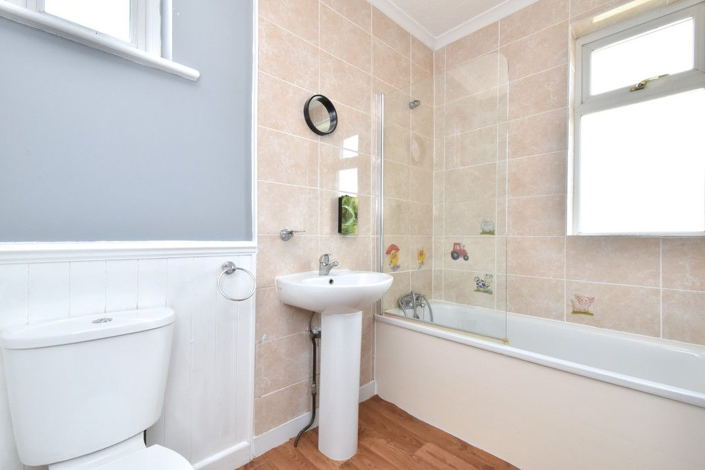 3 bed flat to rent in Wickham Road 6