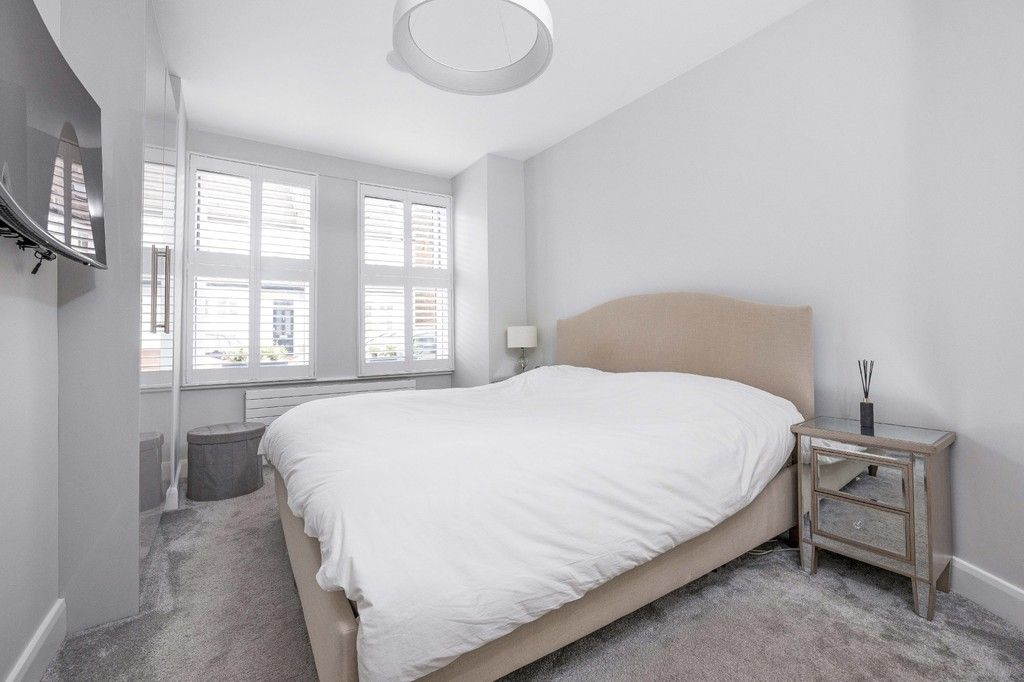 2 bed flat for sale in Meadow Road, Bromley 2