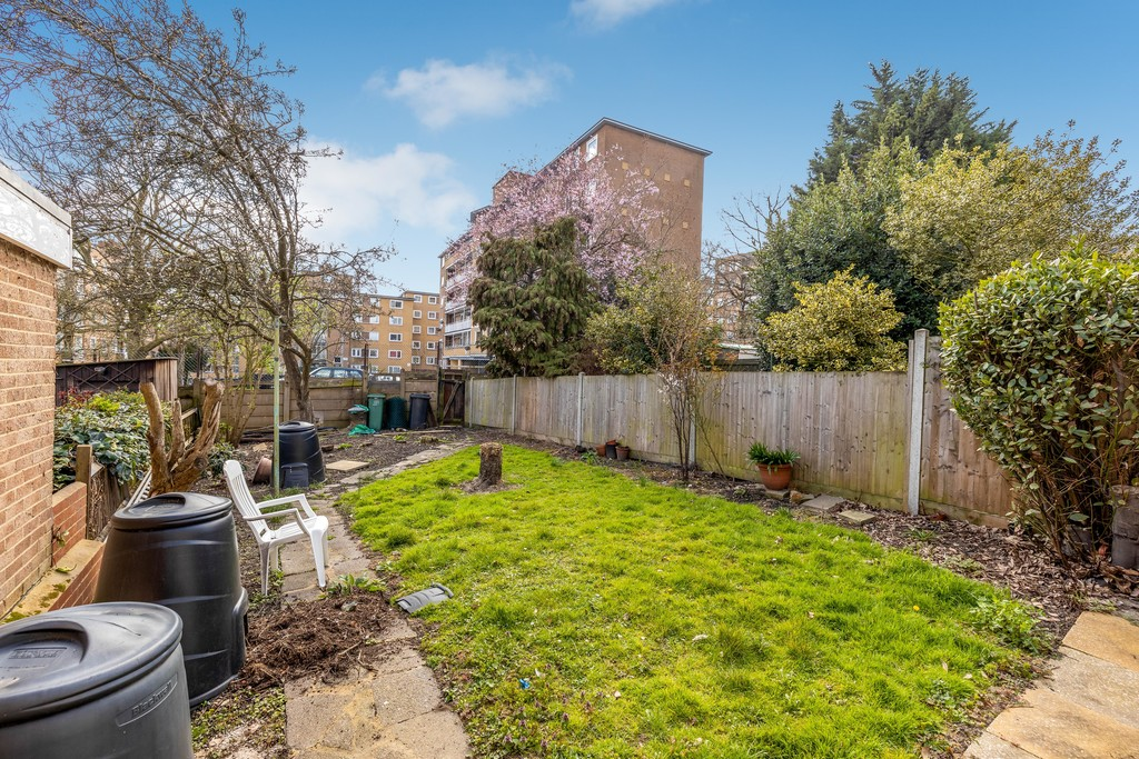 3 bed house to rent in Abbots Park, Tulse Hill, London 19