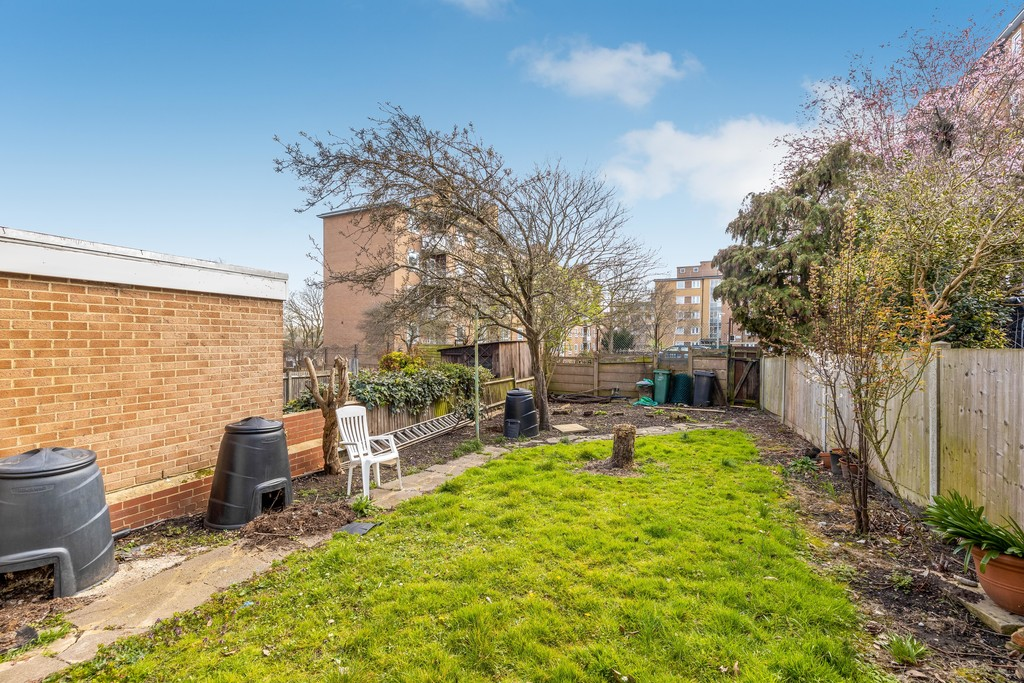 3 bed house to rent in Abbots Park, Tulse Hill, London 20