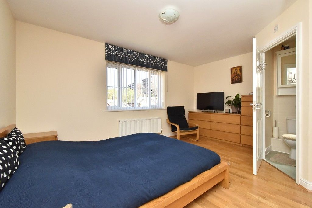 4 bed house for sale in Headingley Drive, Beckenham 8