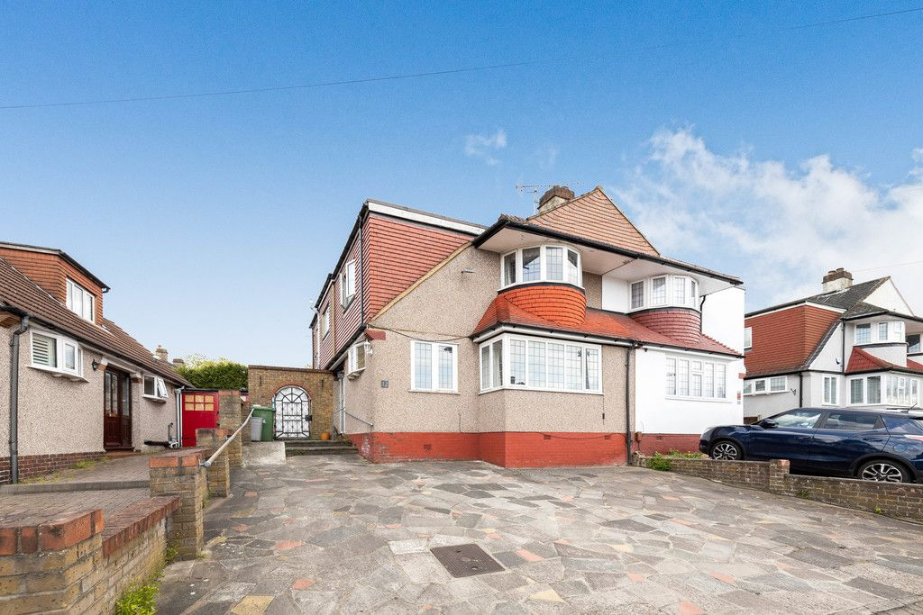 3 bed house for sale in Treewall Gardens, Bromley  - Property Image 2