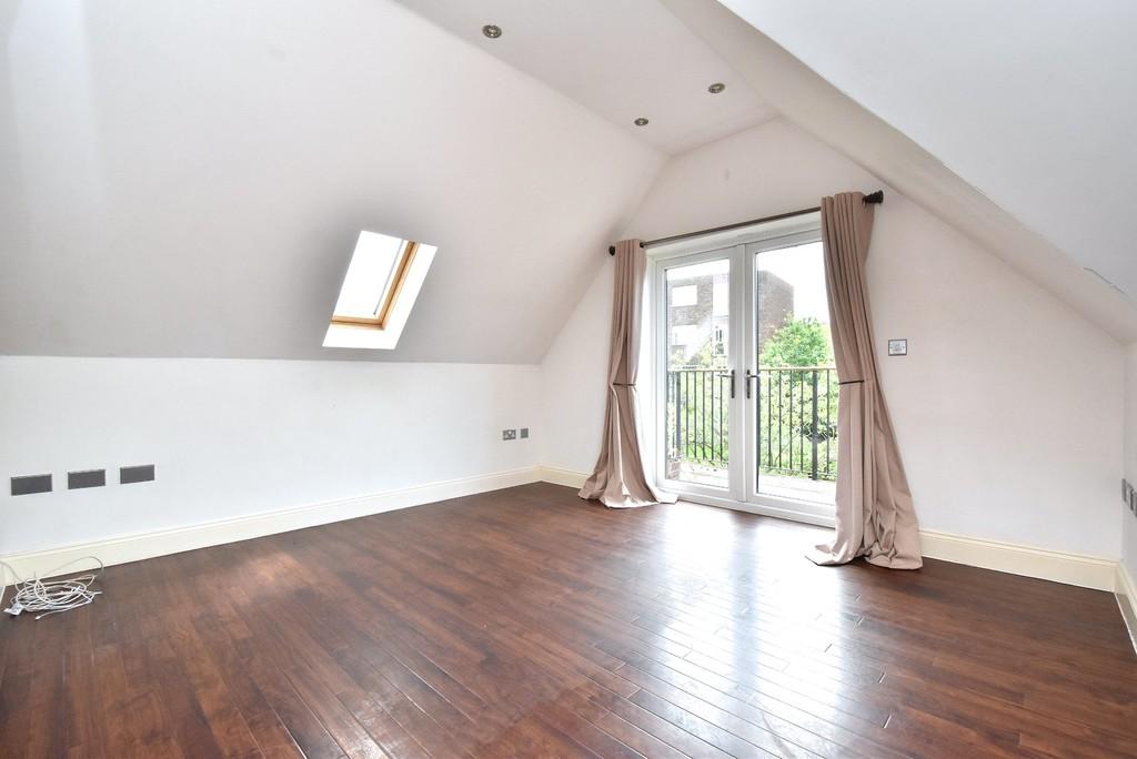 2 bed flat to rent in Manor Grove, Beckenham 3
