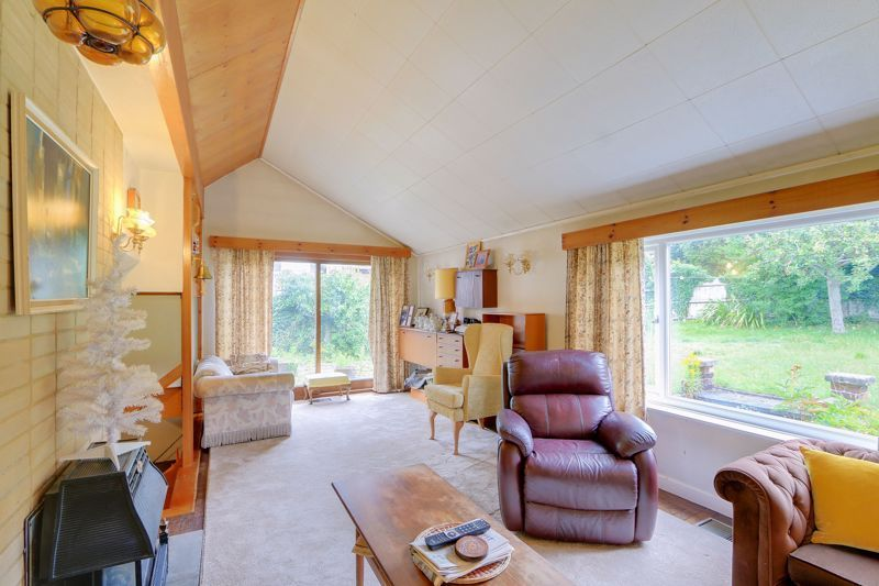 4 bed house for sale in Frensham Way 2