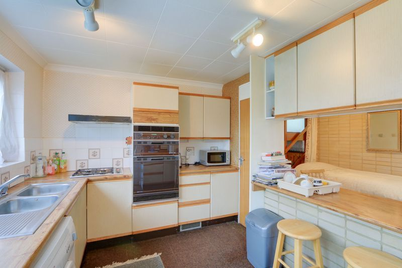 4 bed house for sale in Frensham Way 4