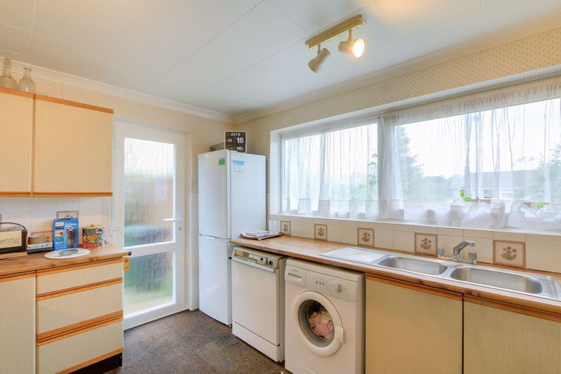4 bed house for sale in Frensham Way 5