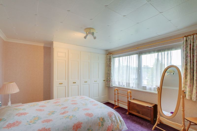 4 bed house for sale in Frensham Way 9