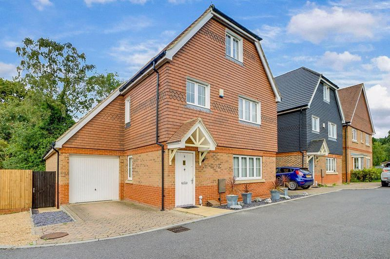 5 bed house for sale in Ash Close - Property Image 1