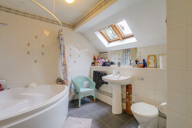 5 bed house for sale in The Lye 17