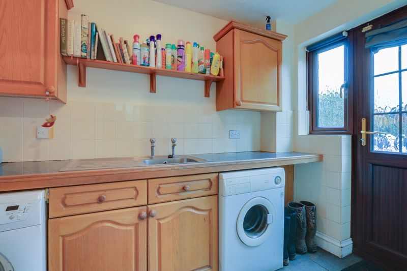 5 bed house for sale in The Lye 8