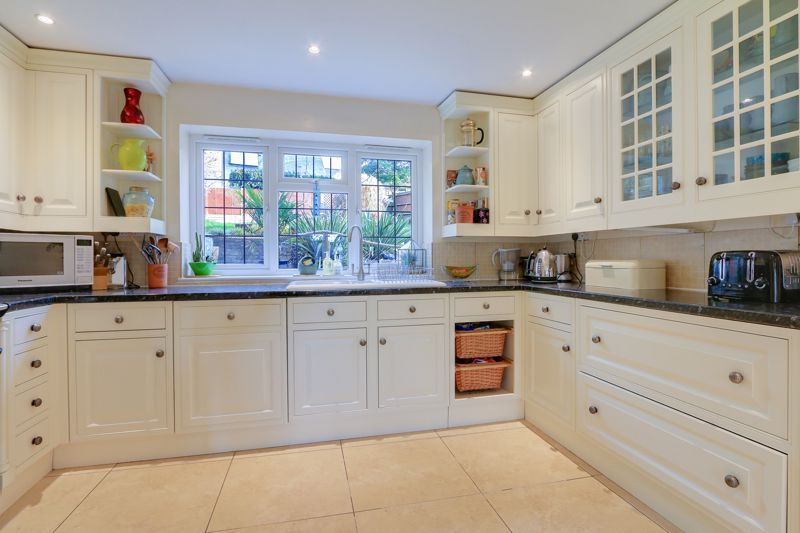 5 bed house for sale in Hillside 8