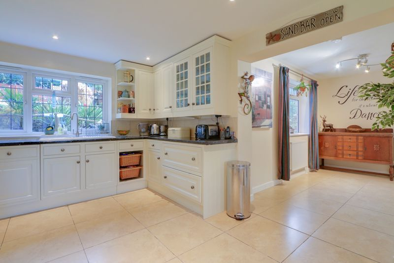 5 bed house for sale in Hillside 9