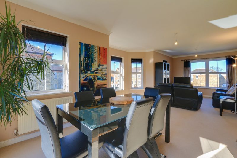 2 bed flat to rent in Horton Crescent  - Property Image 2
