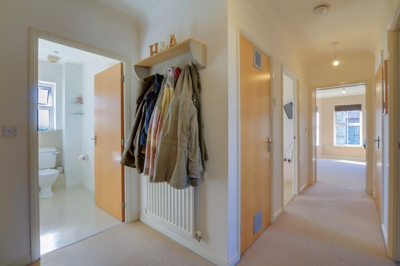 2 bed flat to rent in Horton Crescent 13