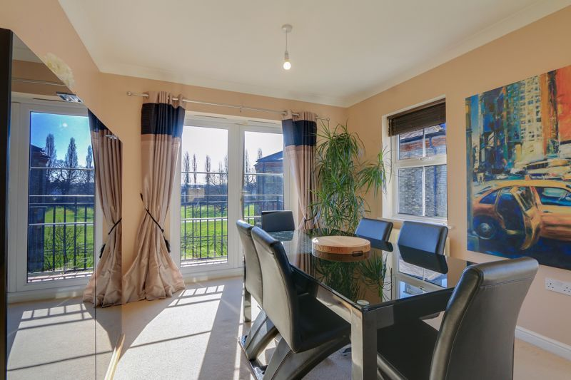 2 bed flat to rent in Horton Crescent 5