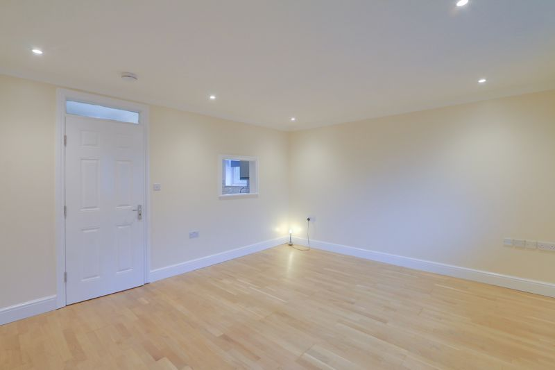2 bed flat to rent in Brighton Road 5
