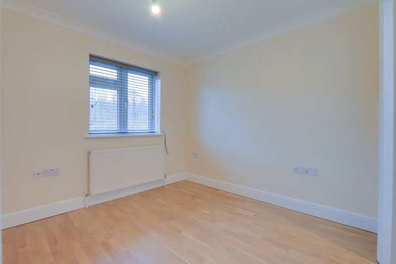 2 bed flat to rent in Brighton Road 8