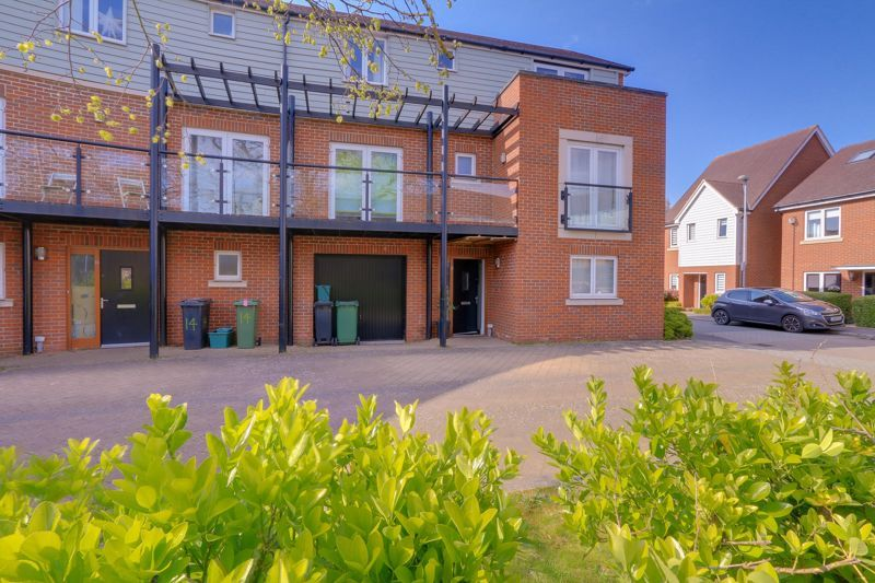 4 bed house for sale in Redwood Drive, KT19
