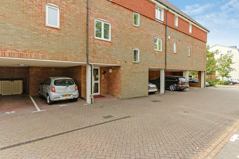 2 bed flat to rent in Wingfield Court 10