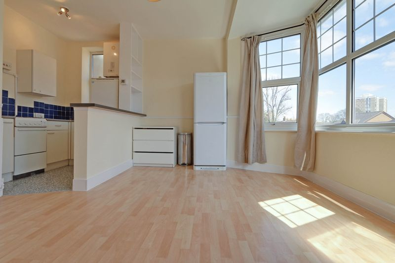 1 bed flat to rent in Camborne Road 3
