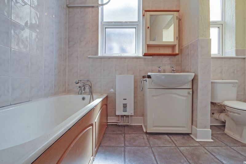 1 bed flat to rent in Camborne Road 6
