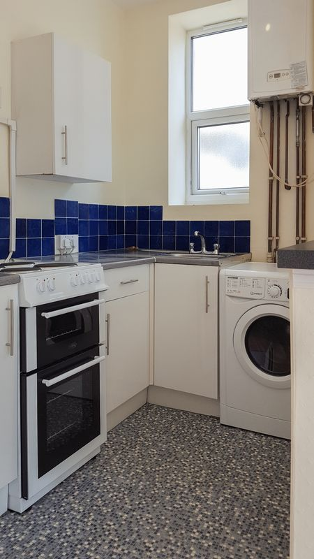 1 bed flat to rent in Camborne Road 7
